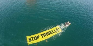 Civitanova Marche, Italia ? In azione contro le trivelle in Adriatico. ANSA/ Matt Kemp/ Greenpeace +++ ANSA PROVIDES ACCESS TO THIS HANDOUT PHOTO TO BE USED SOLELY TO ILLUSTRATE NEWS REPORTING OR COMMENTARY ON THE FACTS OR EVENTS DEPICTED IN THIS IMAGE; NO ARCHIVING; NO LICENSING +++